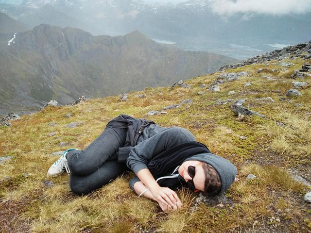 Bild: Ich sehe vielleicht aus wie ein glücklicher, druffer Hipster im Gras, habe aber einfach nur eine normale Panikattacke.