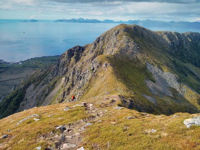 Bild: Es ist mir absolut unbegreiflich, wie Menschen auf die Idee kommen, man könne auf einem Bergkamm in tausend Metern Höhe einfach mal so entlanglaufen.