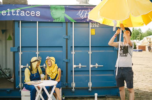 Der #meltfaces Fotocontainer – ein Mekka für alle, die sich nicht scheuen, bei 40 Grad Partnerlook-Hoodies und Blaumänner zu tragen.